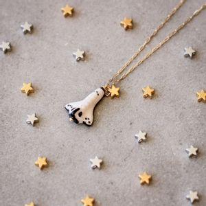 Colar-Foguete-Espacial-Ceramica-Pequeno-Dourado-Folheado-02