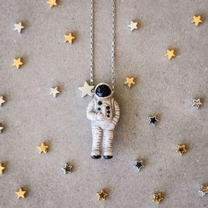 Colar-Astronauta-Ceramica-Grande-Prateado-Folheado-01